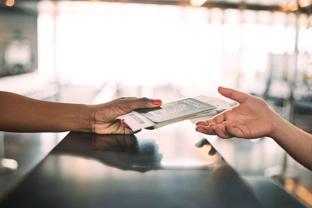 We helpen om de paspoort en visa rompslomp af te handelen bij het voorbereiden van een reis